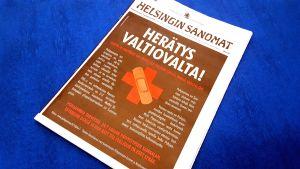 Helsingin Sanomats första sida som pryds av en helsidesannons om behovet av omfattande jour på Vasa centralsjukhus.