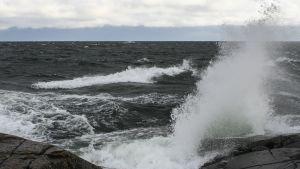 Kovan tuulen nostattamat aallot iskevät Märketin rantakallioon