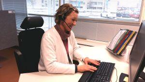 Satu Hurme svarar i telefon vid Åbo samjour.