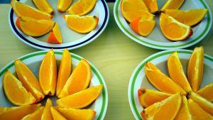 Apelsinbitar på fat.