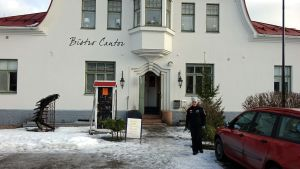 Monika Grönqvist utanför Bistro Cantor vid Saltbodstorget i Lovisa.