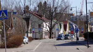 Gamla trähus samsas med nyare våningshus på Stora byvägen i Nickby.