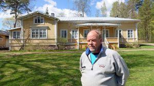 Hotellföretagaren Jouni Vesanen och Lovisa stad har olika uppfattningar om hur staden tagit sitt ansvar för Ekuddens campingområde i Lovisa.