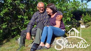 Christer och Nina Tonberg sitter på stenen där de en gång förlovade sig