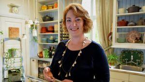 Anna Grotenfelt-Paunonen Strömsön keittiössä.