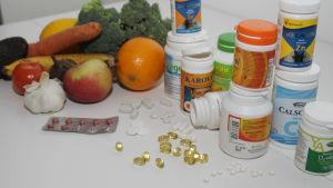 Frukter, grönsaker och vitaminburkar.