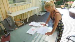Ulla Kilpimaa tittar på planerna för Grankulla stationshus.