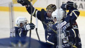 Blues spelare jublar över guldhjälmen Kim Hirschovits mål mot Ässät, 10.2.2015.