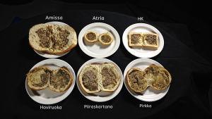 Kuusi lihapiirakkaa auki leikattuna lautasella.