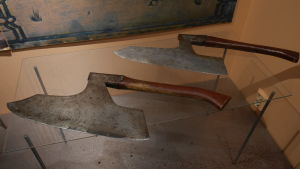 Kuopion lääninmestaajan kaula- ja käsikirves 1700-luvulta