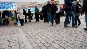 Jordbrukare protesterar mot låga producentpriser på Salutorget i Åbo.