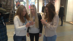 flickor ur nyhetsskolan gör intervju