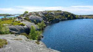 Insjön på Björkö till höger, havet till vänster.