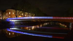 Biblioteksbron i Åbo upplyst i trikolorens färger.