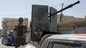 En kurdisk soldat med sin hund