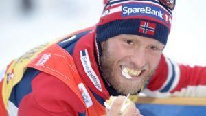 Martin Johnsrud Sundby fick äta tårta efter segern.