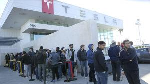 Köpare köar för att reservera en Tesla Model 3