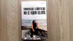 Pärmen till Nike Markelius självbiografi Trumslag hjärtslag.