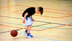 pojke tappar basketboll