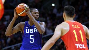 Kevin Durant leder USA:s herrar i basketturneringen.