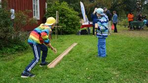 Barn spelar traditionellt spel.