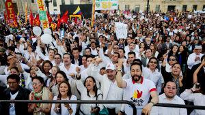 Hundratals människor samlades i huvudstaden Bogotá för att följa med underteckningsceremonin