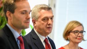 Utvecklings- och utrikeshandelsminister Kai Mykkänen (till vänster), chefen för FN:s flyktingkommissariat Filippo Grandi och inrikesminister Paula Risikko i Helsingfors den 14 oktober 2016.