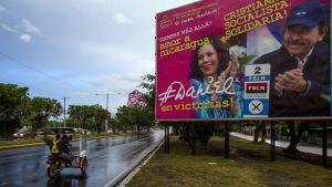 President Daniel Ortega och hans fru och vicepresidentkandidat Rosario Murillo på en valaffisch i huvudstaden Managua