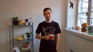 Erik Åhman dricker kaffe.