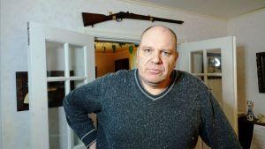 Harri Hilli bor i sin farfars gamla hus i Valkom