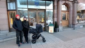 Jussi Haapamäki och Erica Backholm utanför HS center.
