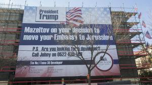 """""""Mazeltov - Gratulerat till ditt beslut att flytta er ambassad till Jerusalem"""" står det på ett lakan utanför en byggnad på Betlehemgatan i Jerusalem"""