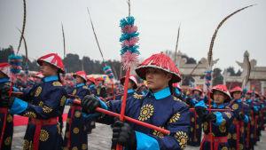 Kinesiska artister i traditionella dräkter gör ett historiskt återskapende av en kejserlig offerritual från Qingdynastin (1636-1912)
