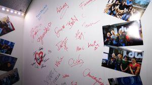 Väggen i studion fungerar som gästbok för personer som uppträtt i sändningarna.
