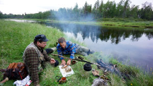Mikko Peltola ja Kari Kilpimaa Kemijoen latvoilla