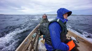 Mikko Peltola kalastaja Auvo Valtosen kanssa veneessä Inarijärvellä