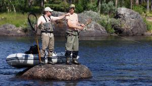 Marko Uimonen ja Mikko Peltola seisovat kivellä kalastamassa.