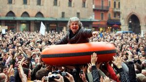 Poliittiseen korruptioon kyllästynyt Italia äänesti koomikko Beppe Grillon Movimento -liikkeen parlamenttiin äänivyöryllä.
