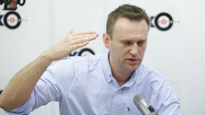 Aleksej Navalnyj gestikulerar under ett framträdande i radio.