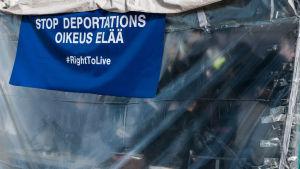 Helsingin Rautatientorilla Irakilaisten ja Afganilaisten telttakylä turvapaikan haku.