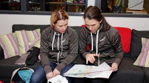 Silja Tilles och Marika Alhonen planerar sina skidrutter.