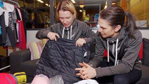Silja Tilles och Marika Alhonen planerar vilka kläder de ska ta med sig till Seven Summits.