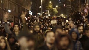 Demonstranter visar sitt missnöje med valresultatet i Turkiet 2017.