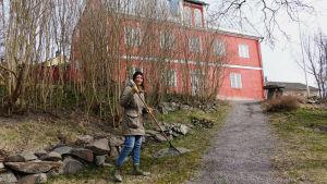 Mikaela Westerlund krattar löv utanför diktarhemmet i Borgå.