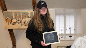 Cilla Helenius har fått pröva hur det känns att teckna på en gammaldags griffeltavla.