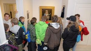 Elever tittar på porträttet av Mary Dagmar Ehrnrooth.