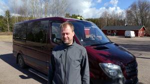 Taxiföretagare Mats Spets gillar inte att bilen slits av alla gropar i vägen.