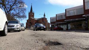 Även i centrum av Lovisa finns stora gropar i vägen.