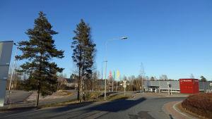 Företagen Värisilmä och Tokmanni är de synligaste företagen i den nuvarande Drottningporten.