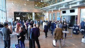 Framtidens lantdag håller en kort kaffepaus på Konstfabriken i Borgå.